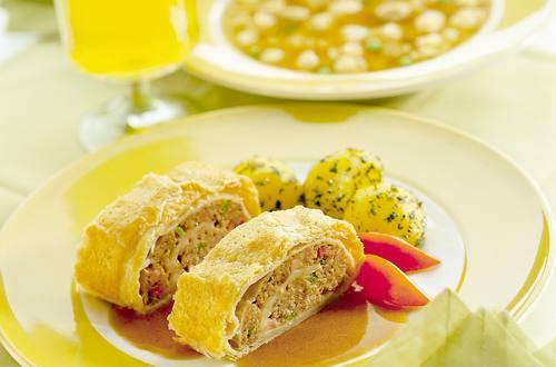 Knorr - Blätterteig-Roulade mit Faschiertem, Paprika und Schinken