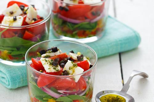 Tatlı Kırmızı Biberli  Maydanozlu Sos ile Grek salata
