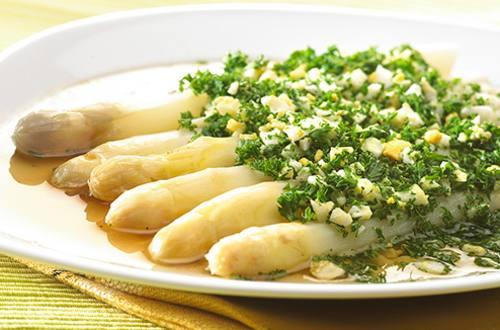 Belgische asperges in groentebouillon met gehakt ei