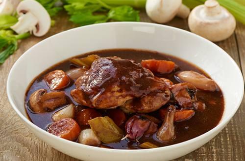 Kip gestoofd in rode wijn (Coq au vin)