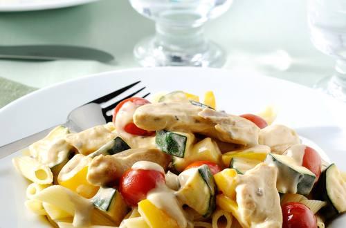 Sauté de poulet aux légumes d'automne, sauce aux champignons corsée et penne