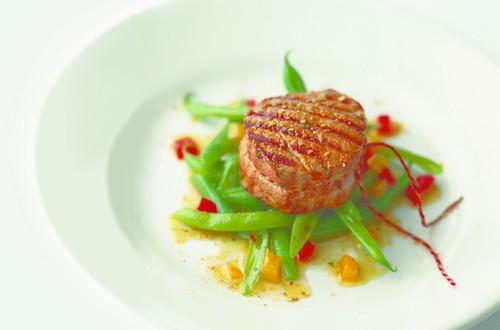 Gegrillte_Kalbsmedaillons_auf_Bohnen-Peperoni-Salat_Bildausschnitt