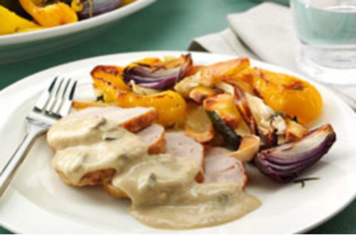 Kalkoenrollade met champignonsaus en geroosterde groenten