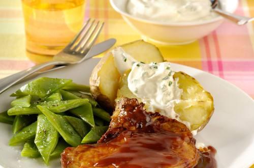 Varkenskotelet met gepofte aardappelen en snijbonen