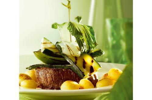 Petite tour de légumes verts grillés et bifteck au gril