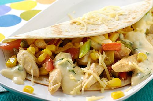 Maïswraps met lente-uitjes, tomaat, kip en kaassaus