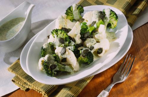 Gekochter_Karfiol_und_Broccoli_mit_Butterbroeseln_und_Ei