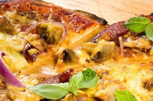 Пицца с колбасками, грибами и луком