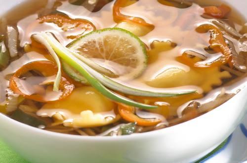 Potage aux wontons à l'ail et à la sauce soja