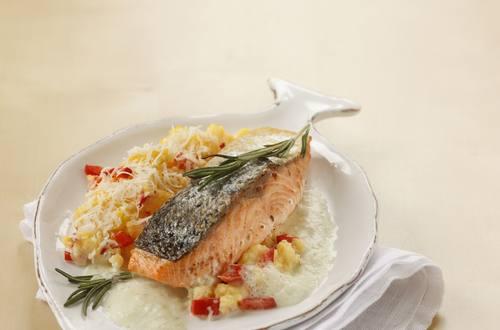Knorr - Gebratenes Lachsfilet mit Kräuterschaum und Paprika-Polenta