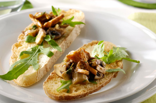 Gemarineerde paddenstoelen op bruschetta