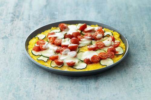 Polenta-Pizza_nach_Tessiner_Art_mit_Tomaten,_Zucchetti_ Mozzarella_und_Radiesli-Salat