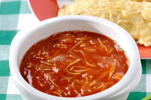Soupe tomates au vermicelle alphabet et petits pains pizza chauds