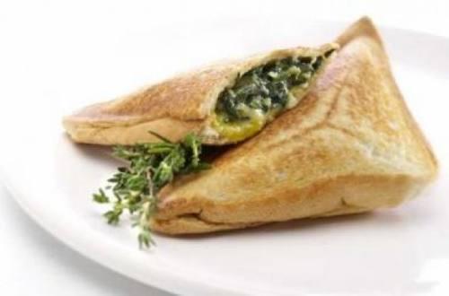 Sándwich caliente de espinaca y tres quesos