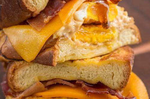 Sándwiches YOLO para servir como desayuno tardío