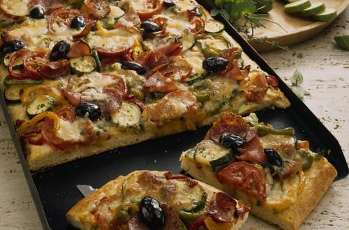 Gemüse-Schinken-Pizza_mit_Oliven_und_Salami