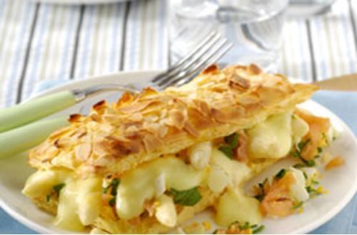 Bladerdeegtaartje met asperges en zalm