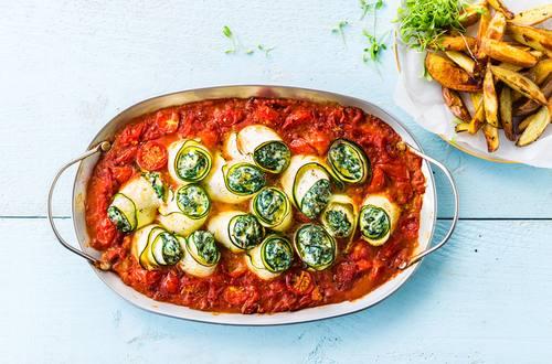 Zucchiniröllchen mit Spinat und Ricotta in Tomatensauce