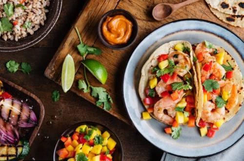 Tacos de camarón Knorr con salsa de mango y chile morrón rojo