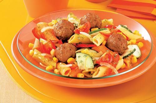 Knorr - Bunter Nudelsalat mit faschierten Bällchen
