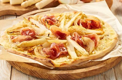 Pizza met witte asperges en romige aspergesaus