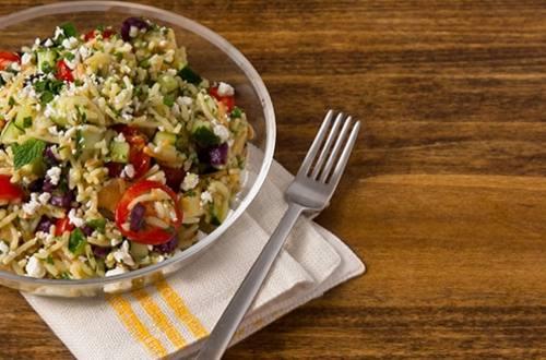 Ensalada griega con pollo y arroz