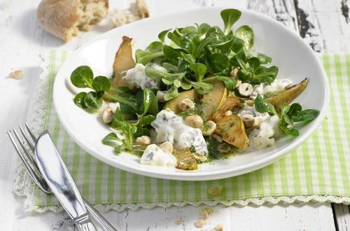 Feldsalat mit gebratener Birne, Blauschimmelkäse und Haselnüssen