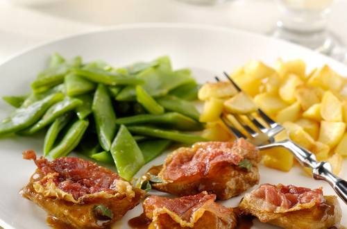 Minis escalopes au jambon cru, haricots sabre et pommes de terre rissolées