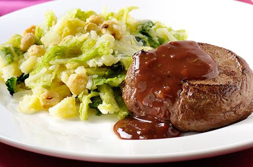 Steak de cerf avec sauce au vin rouge et canneberges
