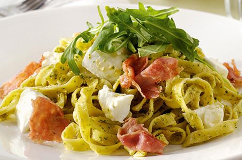Pastasalade met pancetta, mozzarella en rucola- en tomatenpesto