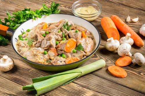 Кролик в сливочном соусе с овощами