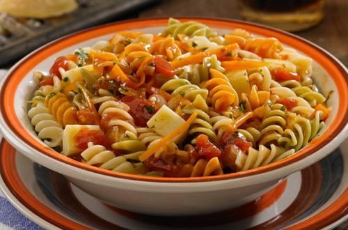 Tirabuzones tricolor gratinados con tomate, salsa Arrabiata ...