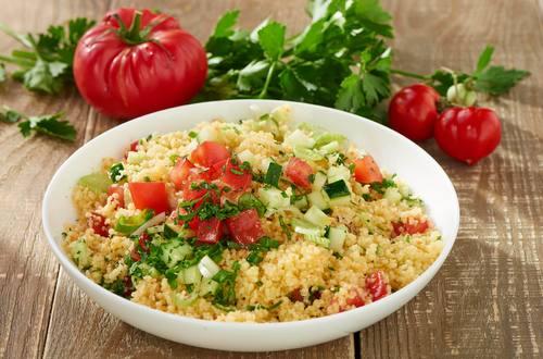 Couscoussalat mit Tomate und Gurke
