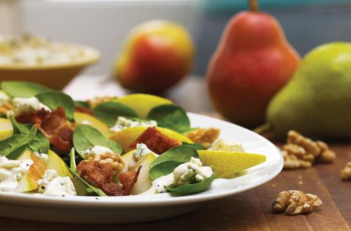 Salade de poires épinards et bacon avec vinaigrette au fromage bleu