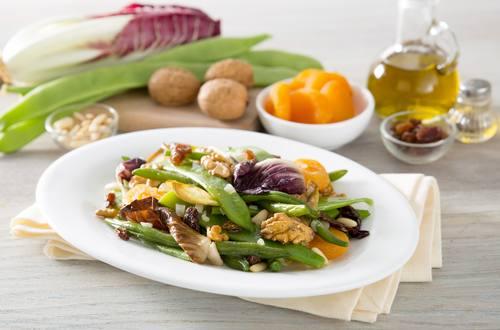 Insalata calda di verdure e frutta secca