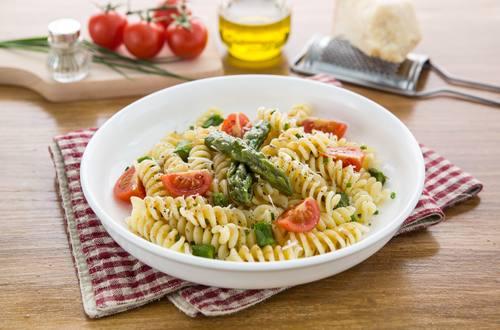 Pasta fredda con punte di asparagi, ciliegino e parmigiano