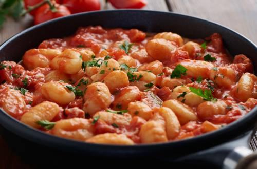 Ñoquis con tomate y ricotta a la boloñesa