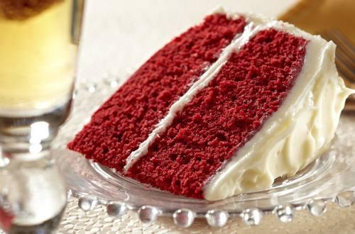 Pastel rojo de terciopelo superhúmedo con glaseado de queso crema