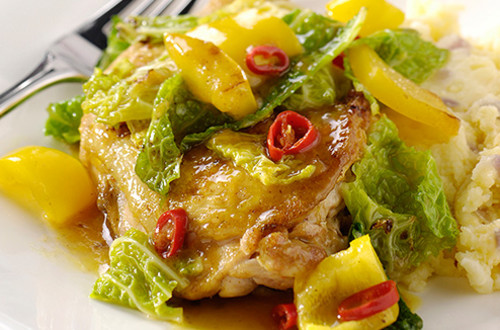 Pittige gestoofde groene kool met paprika, kippenboutjes & aardappel-uitjespuree