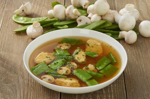 Klare Gemüsesuppe mit Grießnockerl