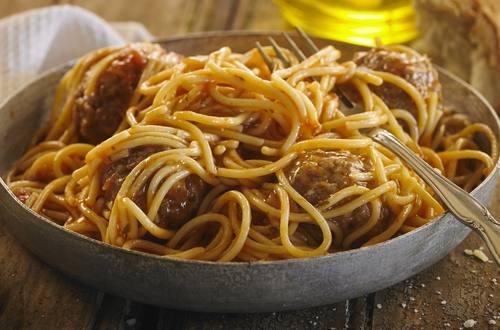 Spaghetti con albondigas y salsa Knorr