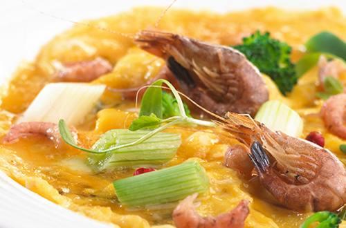 Omelette aux crevettes, légumes et bouillon de poisson