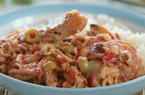 Курица, тушеная с грибами и помидорами