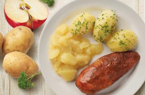 Poulet au four, pommes de terre persillées et compote de pommes
