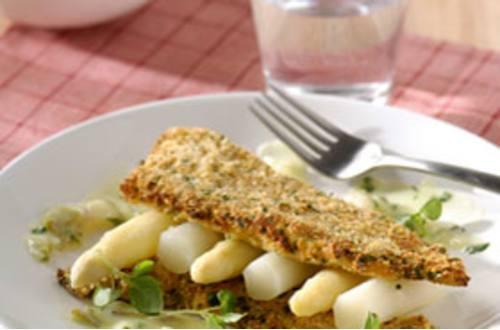 Scholfilet gepaneerd met Parmezaanse kaas, witte asperges en war