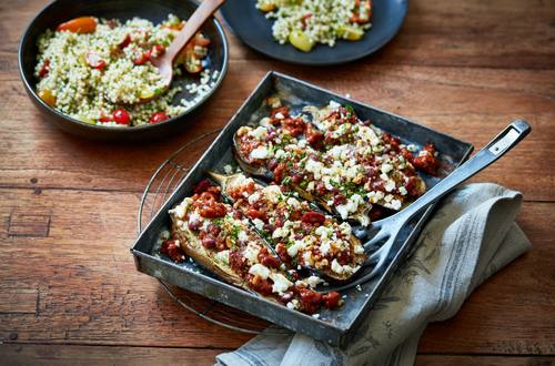 Aubergines gevuld met vega chili con carne en fetakaas