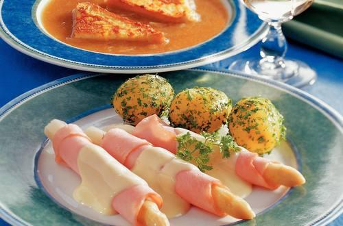 Spargel_mit_Putenschinken_auf_Kaese-Hollandaise-Sauce