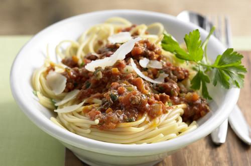 Spaghetti_Asciutta_mit_Karotten,_Sellerie,_Lauch_und_Faschiertem
