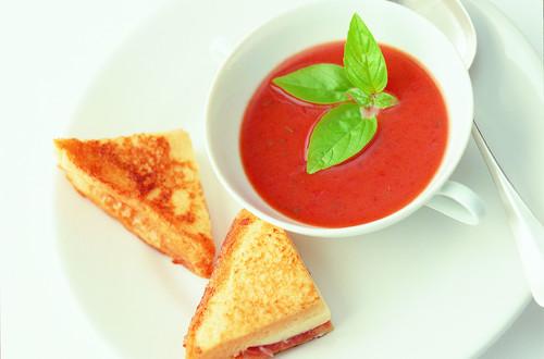Tomatensuppe_mit_Kaese-Schinken-Toast
