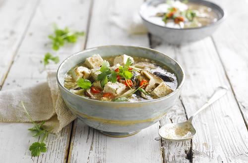 Sopa con tofu, chiles y hongos